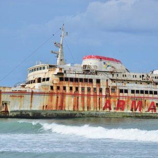 """Assalama oznacza """"szczęśliwej podróży""""... ale jak widać nie zawsze.Od 1982 roku na Punta del Este znajduje się atrakcyjna rzeźba, która wyłania się na plaży. Nazywa się """"la mano"""" i jest dziełem Mario Irarrazabala. Jakieś 2400 kilometrów na północ, w zatoce Botafogo, Jaume Plensa sprawił, że ogromna głowa """"Wildy"""" przez dwa miesiące wynurzała się z wody. Podobnym dziełem jest rzeźba """"Alfa i Omega"""", autorstwa Rafaela Bartolozzi w morzu, na wybrzeżu Torredembarra.Coś podobnego dzieje się w Tarfaya, małym miasteczku w południowym Maroku, ta """"instalacja"""" została tam osadzona 30 kwietnia 2008 roku i w tym przypadku nie ma autora i nie była planowana przez władze miasteczka liczącego zaledwie 6.000 mieszkańców i oddalonego o 100 kilometrów od Fuerteventury. Faktem jest, że prom o długości 101 metrów o nazwie Assalama, utknął na mieliźnie przez dziewięć lat i cztery miesiące i rdzewieje dwa kilometry od wybrzeża, jako ciekawy pomnik kapitańskiego zaniedbania.Historia statku sięga końca lat 60-tych, kiedy to fińska firma Silja zamówiła dwa bliźniacze promy do żeglugi pomiędzy Finlandią a Szwecją. Dziesięć lat później kupiła je Trasmediterranea, aby wzmocnić tak zwany """"most morski"""" między Teneryfą a Gran Canarią, choć ostatecznie zostały one zdegradowane do drugorzędnych linii, ponieważ wyprzedziły je nowocześniejsze statki, a pod koniec lat 90. zostały sprzedane dwóm hiszpańskim firmom żeglugowym.Jeden z nich pozostał na Wyspach Kanaryjskich pod nazwą Volcan de Tenagua, przemianowany w 2007 r. na Assalama, aby rozpocząć bezprecedensową trasę: podróż łączącą Puerto del Rosario z Tarfaya, jako nową bramę dla pasażerów i towarów z Wysp Kanaryjskich do Maroka....Więcej przeczytasz na Facebook (Instagram pozwala na 2200 znaków)#marynarz #marynarzswiata #inlandshipping #narobocie #inlandtanker #tanker #statek #anchor #instaship #gdansk #trojmiasto #soport #gdynia #lifeonship #shipyard #pracanastatku #captain #shipstagram #bulkcarrier #wykop #instasea #shiplovers #seaman #cargoship """